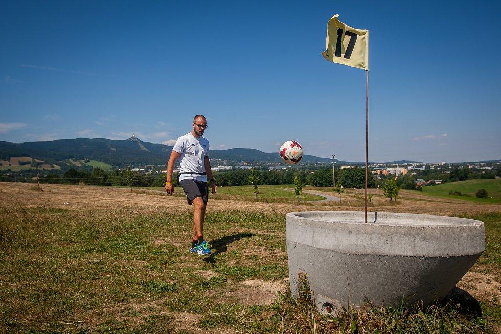 V Libereckém Vesci vzniklo nové fotbalgolfové hřiště. Na snímku z 20. července je Jiří Veverka.
