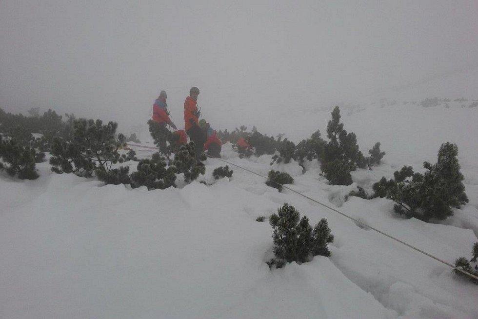Tři zbloudilé muže na běžkách hledali v neděli večer záchranáři jizerskohorské HS voblasti Smrku.