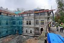 Přestavba novorenesanční vily Johanna Liebiega mladšího na polyfunkční komunitní centrum za více než 200 milionů korun se zpozdí.