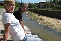 Jiřina Fiedlerová a Ladislav Král na břehu řeky Smědé ve Frýdlantě