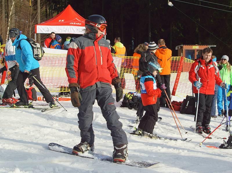 Lyžaři, kteří si neváhali přivstat a vyrazili na ranní lyžování Fresh Track