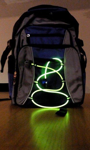Aktovka nebo taška je díky světelnému pruhu jasně viditelná ivšeru či vnoci.