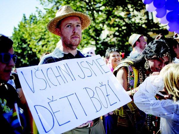 PRAGUE PRIDE neboli pochod hrdosti se koná vPraze od roku 2011.Letos se ho zúčastnilo na 20tisíc lidí. Zástupce měli vprůvodu ikřesťané, byl jím profesor Martin C. Putna.