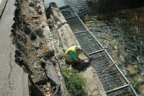 Kamenný blok se zábradlím se skácel do koryta řeky Nisy.