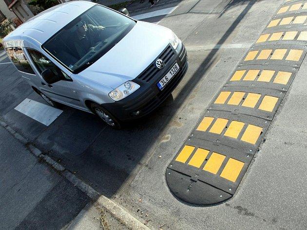 Zebru před Základní školou Broumovská v Liberci vylepšilo speciální osvětlení, přibyl tu také zpomalovací pruh pro motoristy a radar, který kontroluje jejich rychlost.