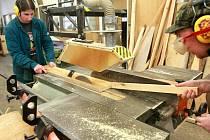 LESNICKÉ UČILIŠTĚ. Jeho absolventi se tu naučí mistrovské práci v obrábění dřeva. Na snímku Martin Matura a Tomáš Trojan.