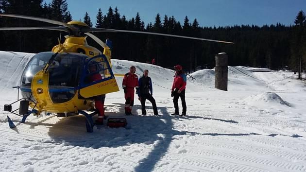 """Členové horské služby vynesli těžce zraněného muže z koryta přítoku a přivolali leteckou záchranku z Liberce. Vrtulník přistál na dně """"protržené přehrady"""" na Bílé Desné a dopravil běžkaře na traumacentrum Krajské nemocnice v Liberci."""