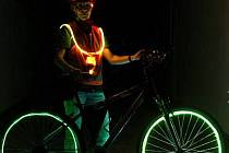 Světlovodivá optická vlákna se zašívají do textilie. Použít je lze na dětské aktovky, vesty, bundy nebo třeba ráfek u kola.