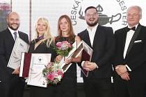 Představitelka Nadace SYNER Eva Syrovátková (uprostřed) obdržela ocenění z rukou Romana Prymuly (vpravo).
