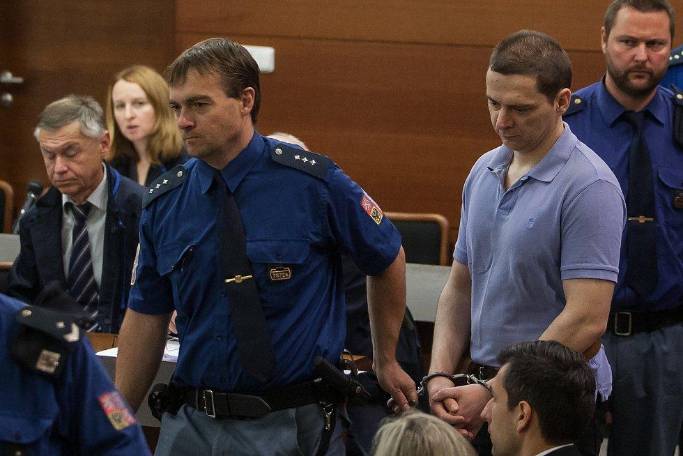 Šetření případu rozsáhlé výroby amfetaminu určeného pro švédský trh začalo 10. října u krajského soudu v Liberci. Na snímku vpravo je obžalovaný Jan Nečásek.