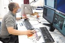 Pavel Hanus pořizuje první snímky na novém mikroskopu.