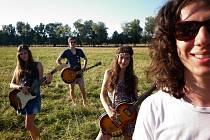 NAUTICA je čtyřčlenná kapela z Jablonce nad Nisou. Vznikla v roce 2010. Hraje ve složení: Andrea Bělíková elektrická kytara, zpěv, Tomáš Patrman akustická kytara, Radka Bělíková baskytara, metalofon, zpěv a Martin Gorčík bicí, konga, perkuse, metalofon.