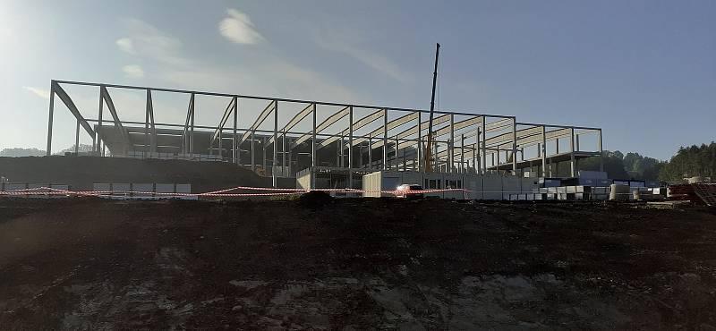 Ve Frýdlantu roste obří výrobní hala. Práci tam najdou stovky lidí