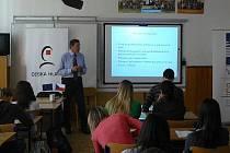 Karel Ulbrich na přednášce pro studenty libereckého gymnázia.