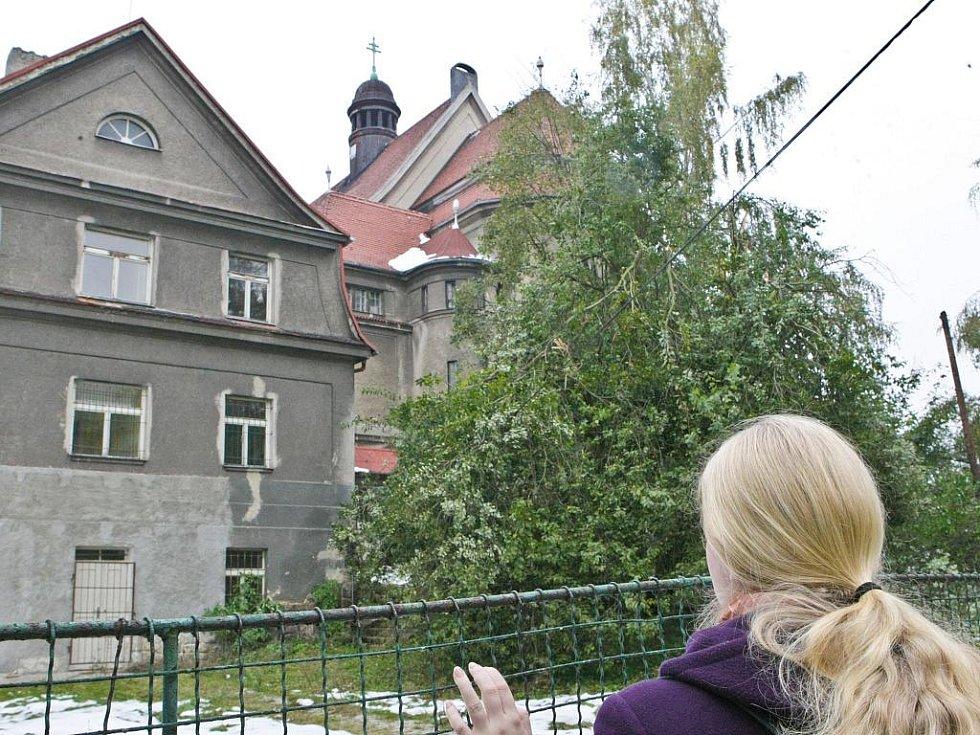 Zchátralý kostel Máří Magdalény.