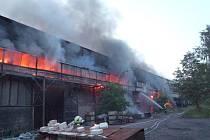HASIČI MĚLI PLNÉ RUCE PRÁCE. Vypukl totiž požár v liberecké slévárně. V horkých dnech je hašení obzvláště obtížné.