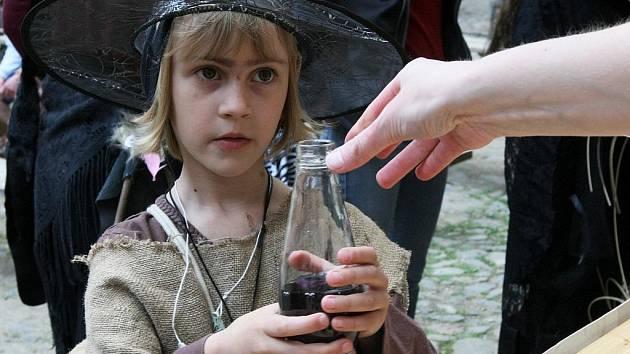 KOUZELNÉ NÁPOJE LÁKALY. Hlavně děti si chtěly namíchat vlastní kouzelný lektvar.