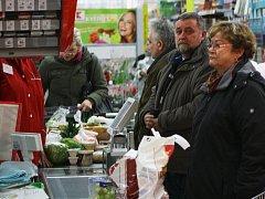 V pravé poledne se zastavil provoz ve všech supermarketech v České Lípě. Kasy přestaly pípat, lidé přestali nakupovat, aby minutou ticha uctili památku Václava Havla.