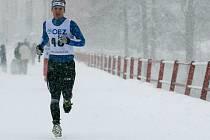 PAVEL JINDRA, celkový vítěz seriálu Českého poháru v zimním triatlonu v kategorii mužů, na snímku z běžecké části lednového závodu v Jablonci nad Nisou.