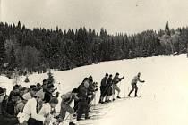 ROK 1969. Start druhého ročníku Jizerské padesátky. Tehdy se ho ještě zúčastnili i horolezci, kteří o rok později zahynuli v Peru. na jejich památku nese závod přídomek Memorial Expedice Peru 70.