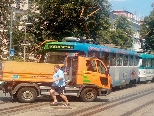 Vpondělí se vodpoledních hodinách na křižovatce ulic Šamánkova a Masarykova u zastávky Průmyslová škola srazila tramvaj svozidlem Technických služeb.