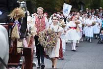 DOŽÍNKOVÝ PRŮVOD se vydal nejprve ze zámku Frýdlant dolů do města, kde proběhla bohoslužba jako poděkování za letošní úrodu. Poté pokračoval z kostela na náměstí na hlavní oslavy. Zájem byl veliký, účast se pohybovala kolem 3000 lidí.