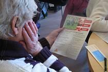 O NEBEZPEČÍ ZÁVISLOSTI seniorů přišla do Komunitního centra Kontakt vyprávět adiktoložka z Advaity.