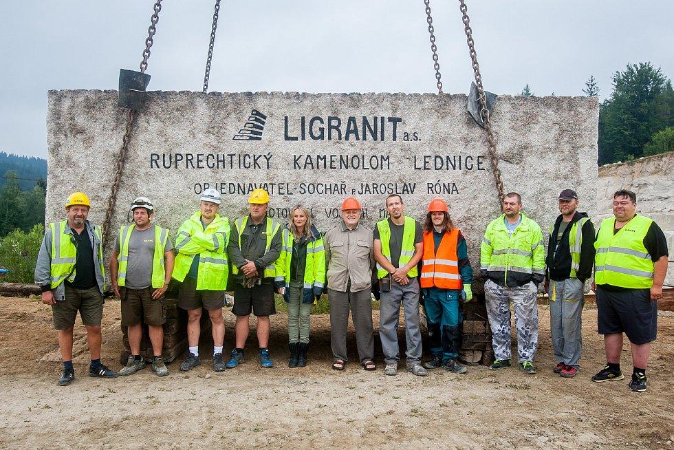 Pracovníci kamenolomu a specializované firmy vytahovali 18. července pomocí jeřábu téměř 73 tunový žulový kvádr. Monolit o objemu 27,5 metrů krychlových bude sloužit jako materiál pro sochaře Jaroslava Rónu.