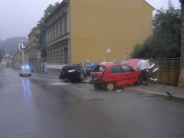 Opilý řidič na Podhorské ulici v Jablonci zapříčinil nehodu, při které byl zdemolován vůz i část domu.