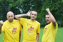 PO ROCE JSOU ZPĚT. Hráči Krásné Studánky B (zleva Milan Bufka, Lukáš Palán a Michal Devátý) si oslavy z postupu patřičně užili.