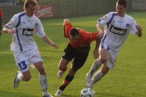 HLÍDAJÍ NEJZKUŠENĚJŠiHO. Hráči Slovanu Polák (vlevo) a Bílek zabraňují v průniku zkušenému Slončíkovi.
