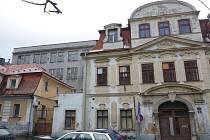 AREÁL TISKÁREN tvoří několik budov z různých historických období. Nejcennější jsou právě ty do ulice 8. března. Co je ale za nimi, to by se mělo zbourat. Záměr je starý už několik let, stále ale aktuální.