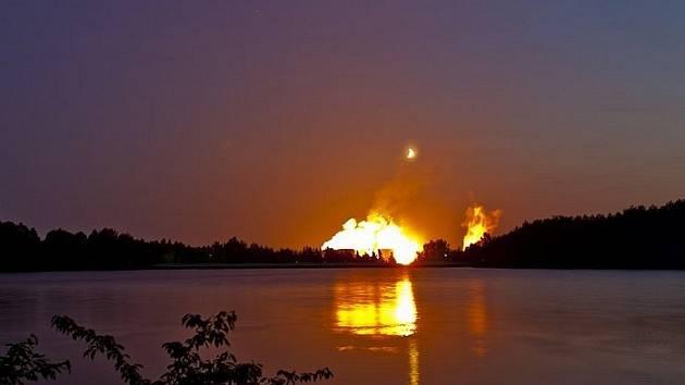 Takhle vypadal požár Turowa před dvěma lety. Záře, která je nad Turowem teď, je od osvětlení v rámci oprav elektrárny.