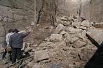 KAMENNÁ LAVINA. Odborníci zkoumají skálu, která se ve čtvrtek krátce po čtvrt na jedenáct dopoledne zřítila na parkoviště za čerpací stanicí v ulici Dr. Milady Horákové. Geologové zatím nevylučují, že může dojít k dalšímu sesuvu.