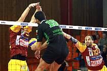 DUKLA LIBEREC VERSUS CVC GABROVO. Hráči Gabrova měli díky těžkému servisu Dukly značné problémy s přípravou útoku.