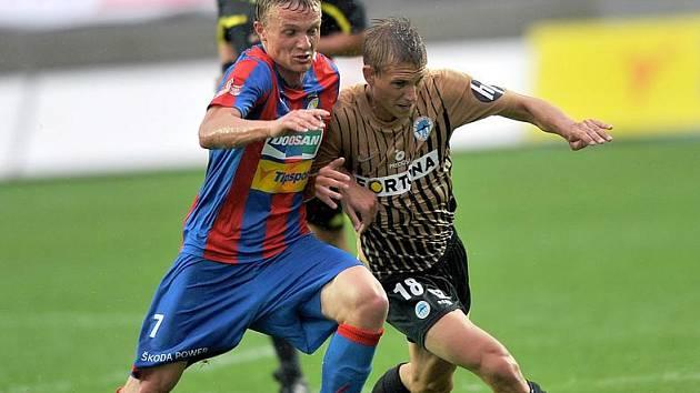 SLOVAN uhrál v Plzni bod. Na snímku bojuje Bořek Dočkal (vpravo) s Plzeňským Trappem