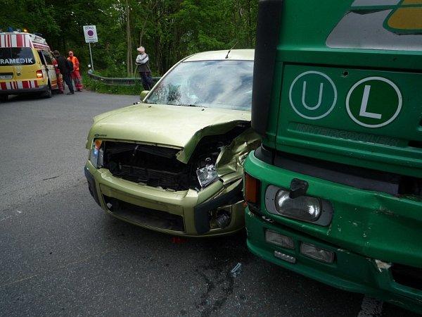 VDolánkách uTurnova se srazilo osobní auto snákladním, řidička Fordu utrpěla otřes mozku.