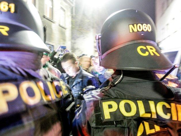 Fanoušci FC Groningem dělali výtržnosti v Barvířské ulici.