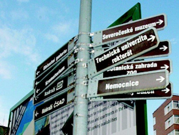 CHAOS. Lepší orientaci ve městě mají do budoucna zabezpečit nové rozcestníky a směrovky. Staré jsou již nefunkční.
