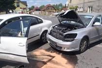 Srážka dvou aut skončila zraněním.