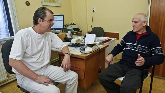 ORDINACE ORTOPEDICKÉ AMBULANCE V LÁZNÍCH KUNDRATICE. Během tří týdnů své existence si již našla společně s bývalým primářem Jiřím Janatou řádově stovky pacientů.