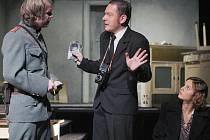 NACIONALISMUS SE VYSTUPŇUJE AŽ k VRAŽDĚ. Vyšetřování vraždy jednoho obyvatele Českého Dubu tvoří hlavní dějovou linii nové inscenace divadla Bábel.