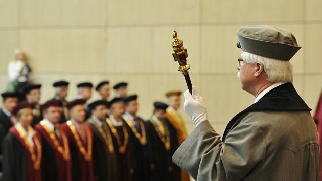 SLAVNOSTNÍ a důstojné. Takové bylo zahájení nového akademického roku za účasti rektorů vysokých škol.