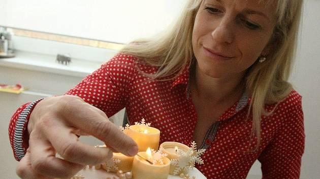 Lucie Fürstová dokončuje dort.