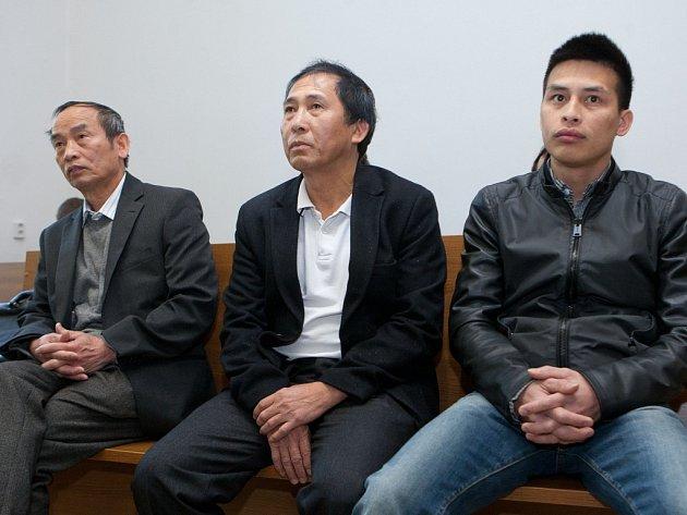 Nuyen Nguyen Trong (na snímku uprostřed) a Trong Nieu Nguyen (na snímku vpravo) nabídli před čtyřmi lety tehdejšímu starostovi Jaroslavu Andrysíkovi peníze za to, aby v jejich prospěch ovlivnil prodej bývalého lékařského domu na hlavním náměstí v Šenově.