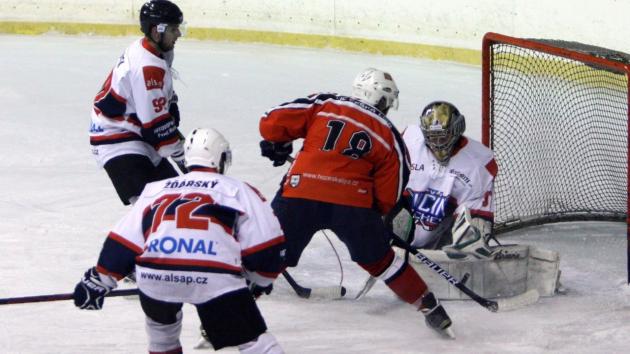 Českolipský Michajličenko (v červeném) ohrožuje hostujícího brankáře.