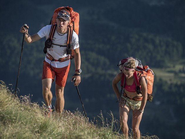 PĚŠKY V HORÁCH. Když to nelítá paraglidem, musí se po svých. To ví velmi dobře liberecký Stanislav Mayer se svojí supportérkou sestrou Denisou.
