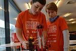 Vítězové kategorie Robot pomocník lidí mladší žáci Martin Danielis – Lukáš Saska zLomnice nad Popelkou. Soutěž ve stavění robotu na TUL.