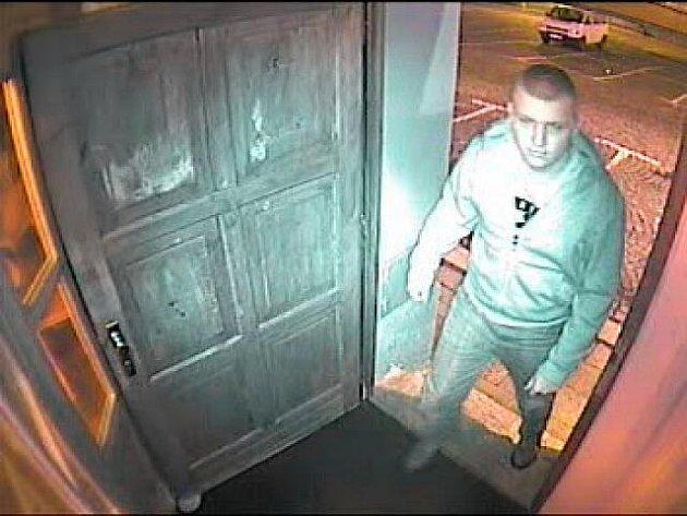 HLEDANÝ MUŽ. Policie pátrá po muži na fotografii, který přepadl hernu Maxim a Tipsport bar na Nerudově náměstí v Liberci. Muž 25–30 let, měří asi 180 cm. Měl modré rifle, tmavší mikinu s kapucí.