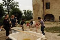 Grabštejn. Dvanáct pracovitých mladých lidí z celého světa pomůže místo lenošení s opravou.
